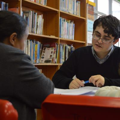 Interno de Leyes y Derechos Humanos en Sudáfrica apoyando la labor de una clínica legal.